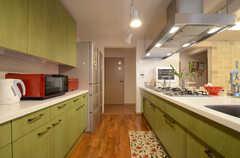 キッチンの様子3。冷蔵庫は2台あります。正面のドアは食料庫です。(2013-06-20,共用部,KITCHEN,)