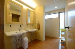 水回りの様子。洗面台の対面にはシャワールームの様子。(2013-06-20,共用部,OTHER,3F)