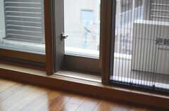 窓はペアガラス、網戸はジャバラ式の為、使わない際はコンパクトになります。(301号室)(2013-06-20,専有部,ROOM,3F)
