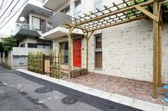 自転車置場は夜間用玄関の脇に設けられています。(2013-06-20,共用部,OTHER,1F)