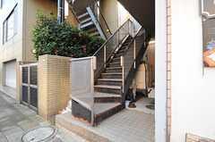 外階段で4階へ上ります。(2011-12-26,共用部,OTHER,1F)