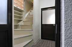 玄関から見た内部の様子。リビングは階段を上った先にあります。正面のドアは101号室です。(2014-01-09,周辺環境,ENTRANCE,1F)