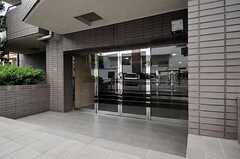 マンションの正面玄関の様子。(2010-10-19,周辺環境,ENTRANCE,1F)