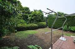 窓から庭に出られます。(102号室)(2014-06-17,専有部,ROOM,1F)