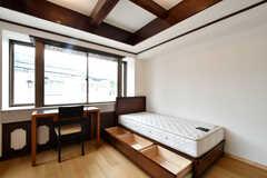 ベッド下にも収納があります。(201号室)(2021-04-06,専有部,ROOM,2F)
