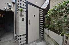 シェアハウスの玄関ドア。(2014-07-24,周辺環境,ENTRANCE,1F)