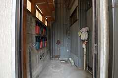 自転車置場の様子。各部屋ごとのポストも設置されています。(2014-07-24,共用部,GARAGE,1F)