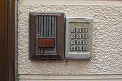 玄関の鍵はナンバー式。(2016-09-29,周辺環境,ENTRANCE,1F)