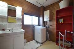 脱衣室の様子。洗濯機と洗面台が設置されています。(2014-11-18,共用部,BATH,3F)