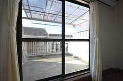 掃出窓からはベランダに出られます。(303号室)(2014-11-18,専有部,ROOM,3F)