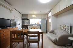 リビングの様子2。キッチン脇には勝手口があります。(2013-05-13,共用部,LIVINGROOM,1F)