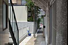 勝手口からは玄関が見えます。(2013-05-13,共用部,LIVINGROOM,1F)