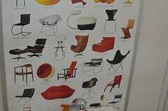名作椅子のポスターが貼られています。(2013-05-13,共用部,TOILET,1F)
