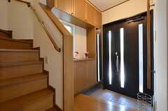 玄関まわりの様子。リビングは2Fです。(2014-06-01,周辺環境,ENTRANCE,1F)