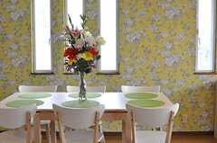 ダイニングの様子。壁紙は花柄です。(2014-06-01,共用部,LIVINGROOM,2F)