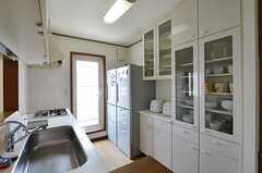 キッチンの様子3。冷蔵庫は2台設置されています。(2014-06-01,共用部,LIVINGROOM,2F)