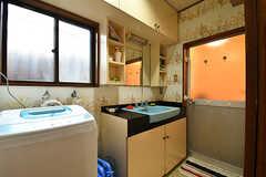 脱衣室の様子。洗面台と洗濯機が並んでいます。(2016-10-31,共用部,BATH,1F)