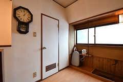 廊下の様子3。ドアの先はトイレです。(2016-10-31,共用部,OTHER,2F)