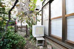 庭の様子2。乾燥機は庭の一角に設置されています。今後屋根を付ける予定だそう。(2016-10-31,共用部,OTHER,1F)