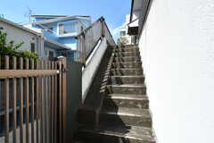 玄関へは階段を上ります。(2019-08-09,周辺環境,ENTRANCE,1F)