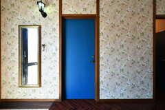 専有部のドア。ドアは黒板塗装です。(101号室)(2019-08-09,専有部,ROOM,1F)