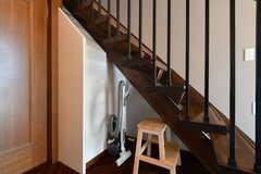 階段下はステップと掃除機の収納スペース。(2019-08-09,共用部,OTHER,1F)