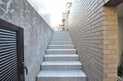 階段を上った先に玄関があります。(2012-01-06,共用部,OTHER,1F)