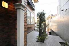 玄関まわりはテラスにつながっています。(2012-01-06,共用部,OTHER,1F)