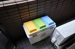 ベランダに置かれたキッチン用ゴミ箱の様子。(2010-09-28,共用部,OTHER,1F)