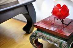 お花のランプ。ベッドの足の曲線もかわいい。(2010-02-22,専有部,ROOM,2F)