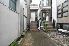 シェアハウスの外観。玄関へは階段を登ります。(2018-04-25,共用部,OUTLOOK,1F)