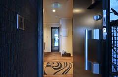 玄関から見た内部の様子。段差はなく、マットの上で靴を履き替えます。(2016-03-22,周辺環境,ENTRANCE,1F)