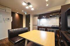 リビングの様子2。キッチンが併設されています。(2016-03-22,共用部,LIVINGROOM,1F)