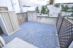 庭の様子。物置は管理人さんが使用します。(102号室)(2016-03-22,専有部,ROOM,1F)