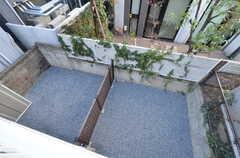 ベランダから見た庭の様子。(202号室)(2016-03-22,専有部,ROOM,2F)