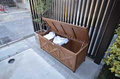 アプローチに置かれたベンチはゴミステーションを兼ねています。中のゴミはそのまま業者さんが回収してくれます。(2016-03-22,共用部,OTHER,1F)