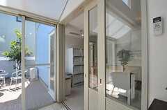 ホールとキッチンは引き戸で空間を仕切る事ができます。(2011-04-14,共用部,OTHER,1F)