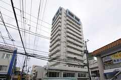 タワー型の建物で2-13Fがシェアハウス。1Fにはコンビニがテナントとして入っています。(2013-03-01,共用部,OUTLOOK,1F)