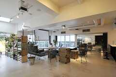ラウンジは外部から人を招いてイベントが開催できる設計。こちらのスペースの通称は「コマクロ」です。(2013-03-01,共用部,LIVINGROOM,2F)