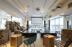 窓が大きいので、良い感じで光が入ってきます。大きなスクリーンも用意されています。(2013-03-01,共用部,LIVINGROOM,2F)