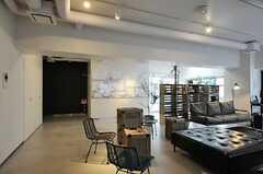 コマクロの広さは約100平米。(2013-03-01,共用部,LIVINGROOM,2F)