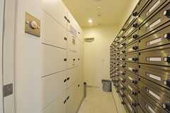 ホワイトボード裏が郵便受けになっています。宅配ボックスもあります。(2013-03-01,共用部,OTHER,2F)