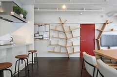 壁面には木をモチーフとした飾り棚があります。部屋ごとに本などを置けます。(2013-03-01,共用部,LIVINGROOM,9F)