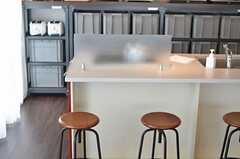 カウンターテーブルは、飲み物を置いたりできる程度の奥行きです。(2013-03-01,共用部,LIVINGROOM,9F)