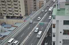 窓から高速道路を眺められます。(1306号室)(2013-03-01,専有部,ROOM,13F)