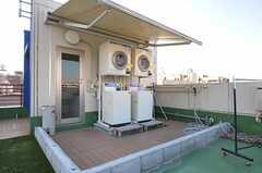 洗濯機、乾燥機の様子。隣で物干しも可能です。(2011-12-19,共用部,LAUNDRY,4F)
