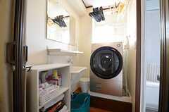 脱衣室には洗濯乾燥機が設置されています。(2015-07-27,共用部,BATH,3F)