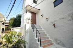正面玄関は階段の先。(2009-12-17,共用部,OTHER,1F)