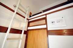 専有部の様子3。ドアの上にはガラスがはめ込まれている。(202号室)(2009-12-17,専有部,ROOM,2F)