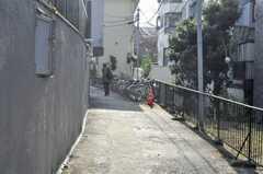 下北沢pinosは道路から奥まった場所に建っています。(2009-12-17,共用部,ENVIRONMENT,1F)